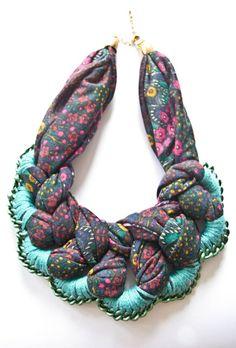 Collar de tela, perlas y cadenas