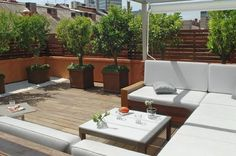 decorar terrazas.  cozy roof top shade and green.
