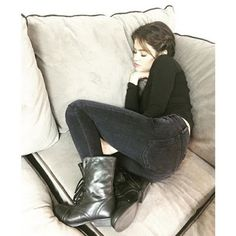 Lucy Hale taking a nap on the PLL set, Pretty Little Liars