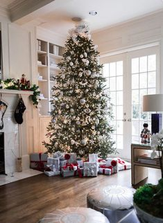 50 Creative & Classy DIY Christmas Table Decoration Ideas - The Trending House Christmas Decorations For The Home, Christmas Tablescapes, Holiday Decor, Modern Christmas Decor, Elegant Christmas, Rustic Christmas, Christmas Mood, Christmas Trees, Christmas Mantles