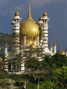 Travel Inspiration for Malaysia - Ubudiah Mosque - Malaysia. Remember Islamic culture is not limited to the Middle East. Architecture Antique, Religious Architecture, Beautiful Architecture, Beautiful Buildings, Architecture Design, Places Around The World, Oh The Places You'll Go, Around The Worlds, Kuala Lumpur