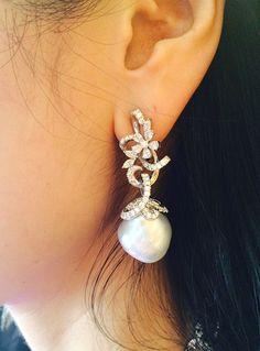 Unbeatable discounts on wonderful jewelry at ---Mikimoto Regalia Arabesque Earring (Baroque White South Sea pearl & diamonds set in white gold) Pearl Jewelry, Indian Jewelry, Diamond Jewelry, Gold Jewelry, Diamond Earrings, Jewelry Accessories, Fine Jewelry, Jewelry Design, Jewellery