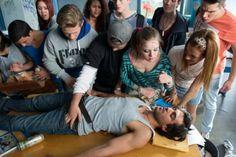 Filmszene aus Fack ju Göhte: Die Klasse 10b kümmert sich um den besoffenen Herrn Müller (Elyas M'Barek) © 2013 Constantin Film / Christoph...