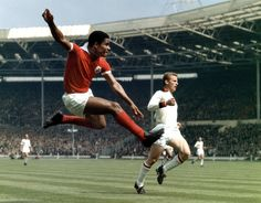 Epic and gorgeous. Eusebio and Giovanni Trapattoni, Benfica-Milan, 1963 European Cup Final at Wembley. Football Icon, Football Soccer, Football Design, Fifa, Statue En Bronze, Portugal Soccer, Sporting, Football Pictures, Vintage Football