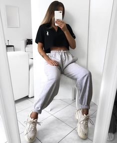 some women fear the fire, some women simply become it / adve Sporty Outfits, Cute Casual Outfits, Fashion Outfits, Sporty Fashion, Sporty Chic, Chic Outfits, Vintage Outfits, Sweatpants Outfit, Swagg