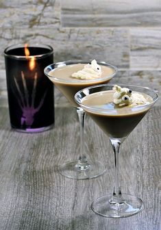 Two Ghostbuster cocktails with whipped cream ghosts and a black candle. Halloween Projects, Halloween Themes, Halloween Diy, Halloween Potions, Halloween Cocktails, Baileys Irish Cream Coffee, Easy Crafts For Kids, Diy Crafts, Edible Eyes