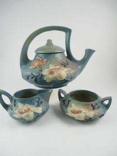 A Roseville Pottery 'Blue Magnolia' Tea Set : Lot 238