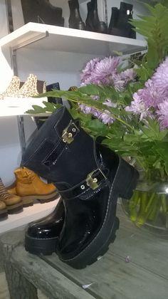 Hermosos zapatos de Eduardo Zapatero. Biker, Boots, Fashion, Over Knee Socks, Women, Crotch Boots, Moda, La Mode, Heeled Boots