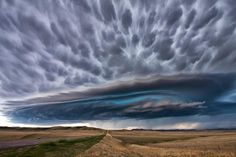 Una supercelda sobre Montana Esta formación nubosa, conocida como supercelda, se formó cuando una tormenta cruzó las Montañas Rocosas (EEUU...