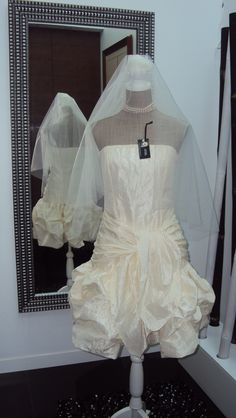 made by me and thinking of a young and modern bride tu use it. Size 38.