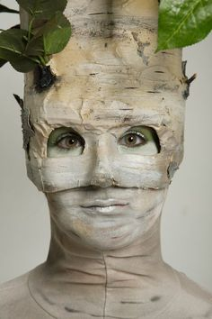 Face of birch tree Mardi Gras Costumes, Cool Costumes, Halloween Items, Halloween 2020, Tree Costume, Dryad Costume, Stilt Costume, Halloween Karneval, Theatre Costumes