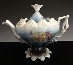 Pretty Lotus Tea Pot…I'd love to see the cups that were made with this. Tea Pot Set, Tea Sets, Lotus Tea, Teapots Unique, Vintage Teapots, Teapots And Cups, Teacups, Tea Cozy, Chocolate Pots