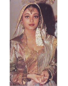 Aishwarya Rai Photo, Actress Aishwarya Rai, Aishwarya Rai Bachchan, Bollywood Actress, Mehndi Night, Hindi Actress, Vintage Bollywood, Night Makeup, Most Beautiful Faces