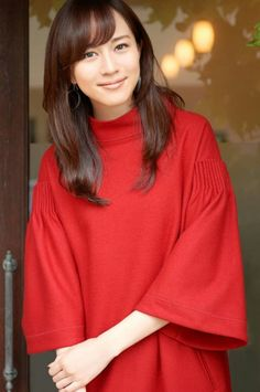 Manami Higa is a Japanese actress. Japanese Beauty, Asian Beauty, Elegant Girl, Hottest Models, Cute Girls, Asian Girl, How To Look Better, Sexy Women, Bell Sleeve Top