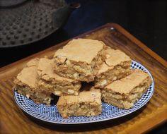 """Une recette super rapide et super bonne. Un Brownies dans lequel la saveur chocolat est remplacée par celle du sucre roux, ce qui donne un """"Blondies"""". Tu parsèmes ça de pépites de chocolat blanc et de quelques noix de macadamia et tu obtiens un gâteau au goût vraiment fou!"""