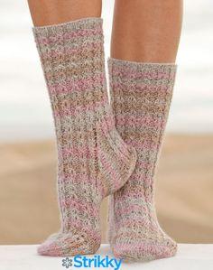Меланжевые носки с косами «Mable's Cables» от Drops Design, вязаные спицами / Если мужчины предпочитают классические носки, то женщины не пойдут таким легким путем и не станут покупать сразу несколько десятков одинаковых пар, а с особой фантазией приступят к их выбору. Ведь[...]