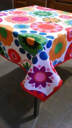 Mantel de loneta estampado con cinta plisada en el borde a modo de ribete.