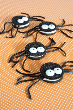 Spinne basteln - 60 krabbelige Halloween Deko Ideen zum Selbermachen - oreo spinne basteln halloween Imágenes efectivas que le proporcionamos sobre healthy lunch ideas Un - Halloween Desserts, Buffet Halloween, Comida De Halloween Ideas, Bolo Halloween, Halloween Oreos, Fun Halloween Treats, Adornos Halloween, Manualidades Halloween, Halloween Spider