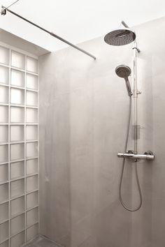 Das Badezimmer mit Rainshower-Dusche.  / / / / / / / / / / casapolpo.com (Ferienwohnung) CASA POLPO appartamento #italien #apulien #monopoli #puglia #italia #urlaub #ferienwohnung #casapolpo