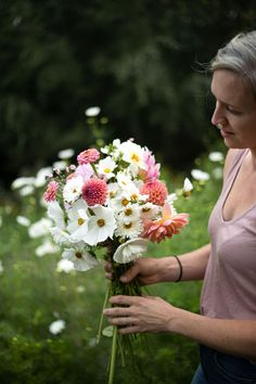 Flower Garden Layouts, Cut Flower Garden, Flower Gardening, Bunch Of Flowers, Cut Flowers, Wedding Flower Inspiration, Garden Inspiration, Growing Flowers, Planting Flowers
