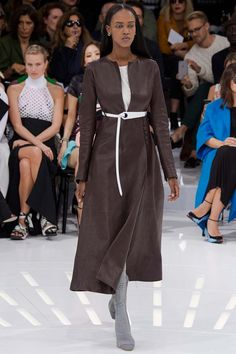 Показ коллекции Christian Dior весна-лето 2015 вызвал ощущение легкого дежавю: где-то все это уже было. И совсем недавно. А точнее – на Неделе Высокой Моды в Париже этим летом. Кутюрные модели Раф Симонс решил адаптировать до более