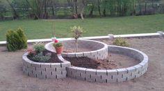 Perfektná inšpirácia na mini záhradku pred domčekom len za 50 eur Gardening, Concrete Blocks, Amazing Gardens, Inspiration, Outdoor Decor, Plants, Home Decor, Material, Yard Ideas