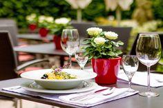 Kommen Sie auf den Genuss von unserer internationalen, mediterranen und traditionell sächsischen Küche. Hotel Privat - Ihr Nichtraucherhotel | Sommerterrasse»Frische« wird bei unseren erfahrenen Köchen groß geschrieben. Mit frischen Kräutern aus unserem hauseigenen Kräutergarten, runden sie Ihre Speisen ab. Unser ausgezeichnetes Küchenteam verwöhnt Sie außerdem mit Speisen der altbewährten Klosterküche nach ′Hildegard von Bingen′.