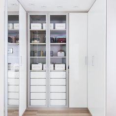Outra vista do meu tão sonhado closet ❤ as caixas organizadoras da @governess2014 são uma mão na roda pra manter tudo impecável! #closet #apedaluthai #dellanno #eucatex #decor