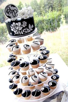 Cute idea (not the colors)...top for saving and cupcakes for the guests.