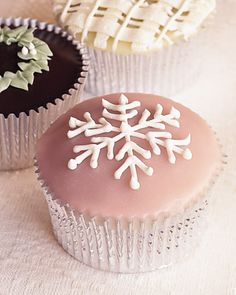 Snowflakes on cupcakes - some of my favorite things