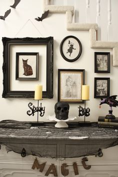 We will show you some excellent ideas for vintage Halloween decorations which are perfect for a not-so-spooky Halloween party, moreover, vintage is a Halloween Mono, Casa Halloween, Halloween Mantel, Theme Halloween, Holidays Halloween, Halloween Crafts, Halloween Entryway, Halloween Celebration, Halloween Table