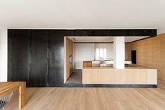 Il progetto è un intervento di ristrutturazione che ha completamente rivoluzionato la distribuzione e la spazialità interna di un appartamento di 120 mq realizzato negli anni 60 a Varese. I vecchi tavolati e il lungo corridoio interni sono stati...