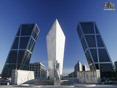 torres KIO, España   Convertidas en el símbolo de la modernidad de Madrid las torres KIO tienen una inclinación de 14,9 grados y son un verdadero logro de la ingenieria. Compuesto por un conjunto de torres que se inclinan la una hacia la otra, son una bella estampa de la capital española. Llevan el nombre de sus promotores (Kuwait Investments Office). Son los primeros rascacielos inclinados construidos en el mundo.