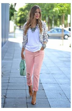 FLORAL CROP JACKET #pink #jeans #outfit #summer Coral Jeans Top Floral Jacket Coral Jeans Outfit, Floral Blazer Outfit, Colored Pants Outfits, Coral Pants, Jeans Outfit Summer, Spring Outfits, Floral Jacket, Classy Outfits, Cool Outfits