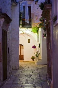 Quaint alley in Cisterino, Italy • photo Mariano Colantoni on Flickr