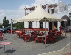 Bajo la carpa un lugar ideal para tomar una copa o almorzar viendo la sierra de El Torcal.
