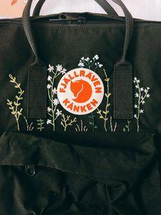 Sac à dos Fjallraven Kanken Mini Noir avec sangles rouges - ETSY Fjallraven Kanken Mini, Kanken Backpack Mini, Kånken Rucksack, Diy Backpack, Black Backpack, Embroidery On Clothes, Cute Embroidery, Diy Embroidery Designs, Embroidery Patterns