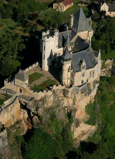 Medieval Chateau de Montfort in Vitrac, Dordogne, Aquitaine, France. The castle was destroyed in 1214 by Simon IV de Montfort. Chateau Medieval, Medieval Castle, Beautiful Castles, Beautiful Places, Chateau Moyen Age, Palaces, Belle France, La Dordogne, Castle Pictures