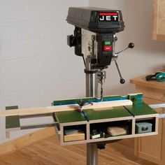 Woodcraft Magazine - Tricked Out Drill Press Table - Herunterladbarer Plan - Aufsatz Standbohrmaschine - Woodworking Drill Press, Woodworking Workshop, Woodworking Jigs, Woodworking Furniture, Cool Woodworking Projects, Woodworking Techniques, Woodworking Supplies, Drill Press Stand, Drill Press Table
