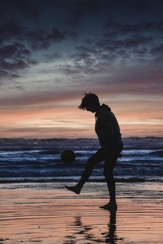 ITAP of my brother playing soccer on the beach Alone Photography, Shadow Photography, Boy Photography Poses, Dark Photography, Amazing Photography, Soccer Backgrounds, Photo Backgrounds, Soccer Pictures, Beach Pictures