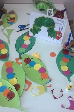 Very Hungry Caterpillars - Raupe Nimmersatt - fun craft Toddler Art, Toddler Crafts, Preschool Activities, Book Crafts, Fun Crafts, Crafts For Kids, Children Crafts, Simple Crafts, The Very Hungry Caterpillar Activities