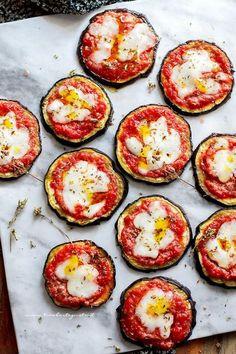 Baked aubergine pizzas (Quick, tasty recipe and l … - All Recipes Appetizer Recipes, Snack Recipes, Healthy Recipes, Snacks, Cena Light, Yummy Food, Tasty, Light Recipes, I Love Food