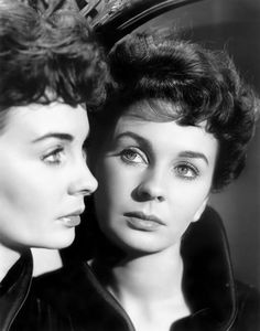 Born 1929 in Lower Holloway, London, British-American actress and singer Jean Simmons appeared predominantly in films, beginning with those . English Actresses, British Actresses, Actors & Actresses, Female Actresses, Vintage Hollywood, Classic Hollywood, 50s Vintage, Vintage Hair, Marilyn Monroe