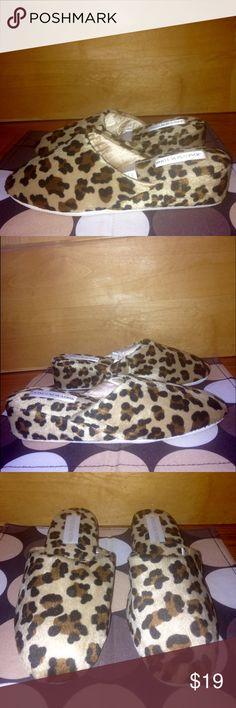 """JONES NEW YORK """"Caged Leopard"""" Slippers EUC M 7-8 JONES NEW YORK """"Caged Leopard"""" Leather Sole / Manmade Upper Slippers EUC M (7-8) •DETAILS: *Style Name is """"Caged Leopard Scuff"""". *Hardly worn. In GREAT Shape! •MEASUREMENTS:  Insole Length- 9 and 7/8"""" ; Outsole Width- 3.5"""" •MATERIAL: Genuine Leather Sole; Manmade Upper Balance **SMOKE-FREE & PET-FREE HOME!** Jones New York Shoes Slippers"""