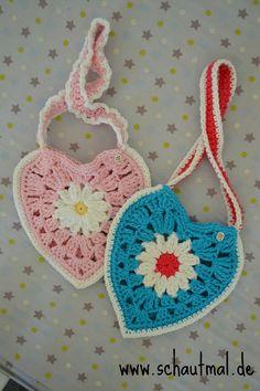 Herztäschchen von schautmal.de. Nach Anleitung von Daisy Cottage Design <3 #häkeln #gehäkelt #crochet #Tasche #Gänseblümchen #Granny #daisy #bag #littlegirls #heart #Herz #Herztäschchen