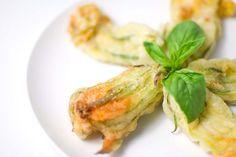 Les fleurs de courge farcies sont un Antipasto idéal à proposer lors d'un dîner entre amis. Économiques et très simples à préparer, les fleurs de courge fa