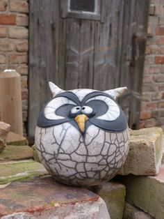 Would have fun doing Raku with something like this - Make sure there is a big enough air hole to allow superheated air to escape though! Raku Pottery, Pottery Sculpture, Bird Sculpture, Ceramic Birds, Ceramic Animals, Ceramic Clay, Clay Projects, Clay Crafts, Pottery Animals