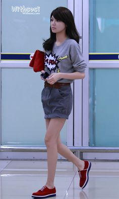 Cool Airport Fashion # Kpop star fashion # korea fashion ~ oh my gosh,I love her skirt. Snsd Fashion, Ulzzang Fashion, Korea Fashion, Cute Fashion, Asian Fashion, Girl Fashion, Korean Airport Fashion, Sooyoung Snsd, Airport Style
