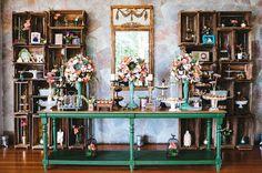 Estante de caixotes como fundo da mesa de doces do casamento Karine e Wagner
