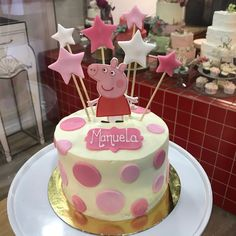 Tarta buttercream, topos y Peppa Pig. Peppa Pig, Birthday Cake, Cupcakes, Desserts, Ideas, Food, Fondant Cakes, Lolly Cake, Candy Stations